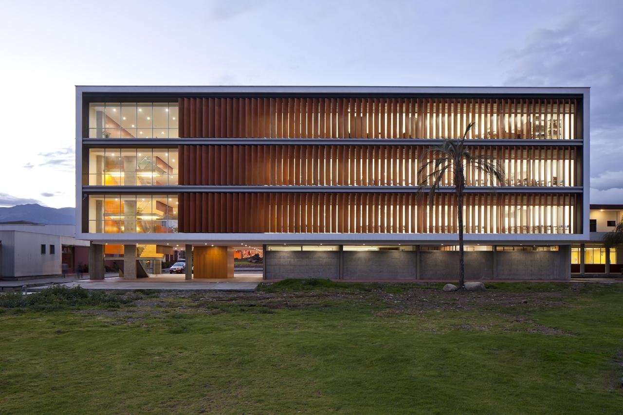 Edif cio de salas de aula na universidade de cuenca for Universidades para arquitectura