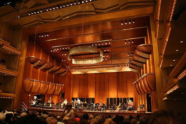 Interior do Avery Fisher Hall / Cortesia de Wikipedia - Commons User Mikhail Klassen, en.wikipedia